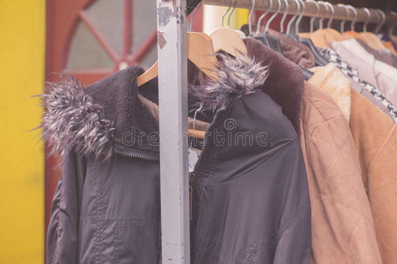 De winterjasjes die op spoor buiten hangen royalty-vrije stock foto's
