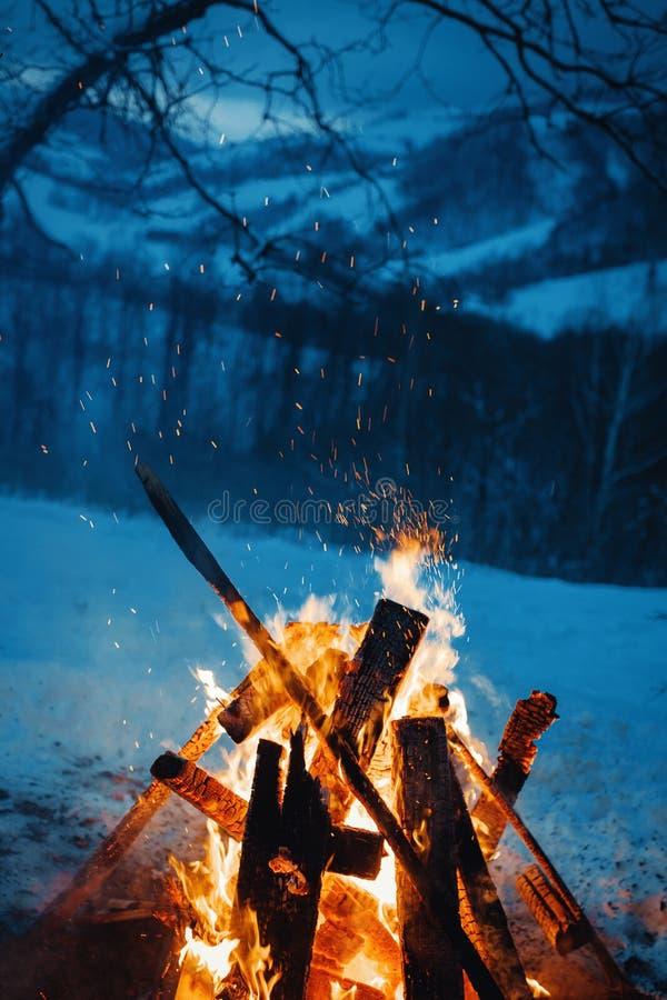 De winterkampvuur in de bovenkant van de bergen bij de avond royalty-vrije stock foto