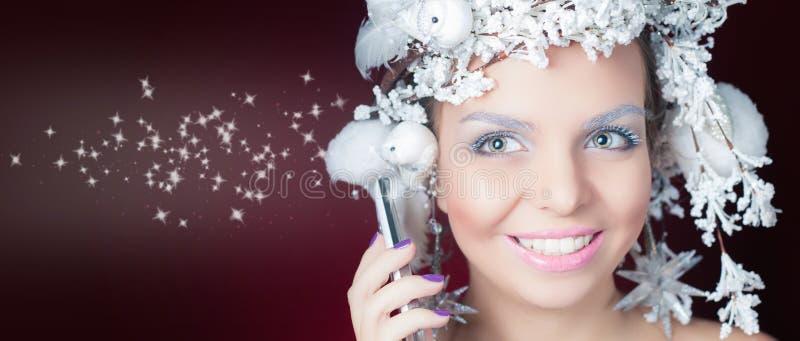 De winterkoningin met wit magisch kapsel die mobiele telefoon met behulp van royalty-vrije stock fotografie