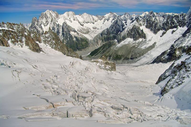 De winterlandschap in de Bergen van Alpen Zon en sneeuw in Vallei Blanche, oriëntatiepuntaantrekkelijkheid in Frankrijk stock afbeelding