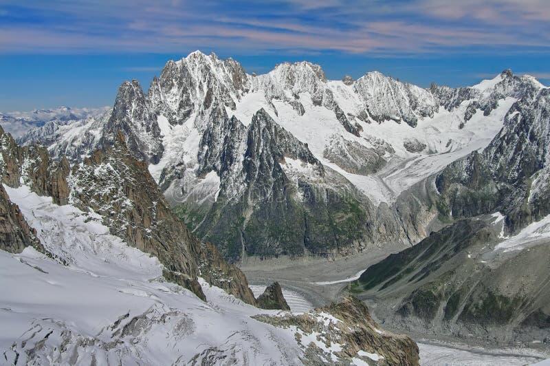 De winterlandschap in de Bergen van Alpen Zon en sneeuw in Vallei Blanche, oriëntatiepuntaantrekkelijkheid in Frankrijk royalty-vrije stock afbeeldingen