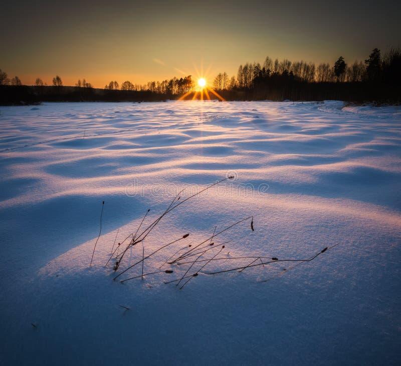 De winterlandschap bij mooie zonnige avond stock fotografie