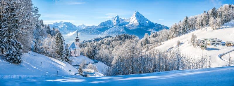 De winterlandschap in de Beierse Alpen met kerk, Beieren, Duitsland stock fotografie