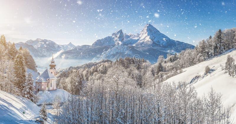 De winterlandschap in de Beierse Alpen met kerk, Beieren, Duitsland stock foto