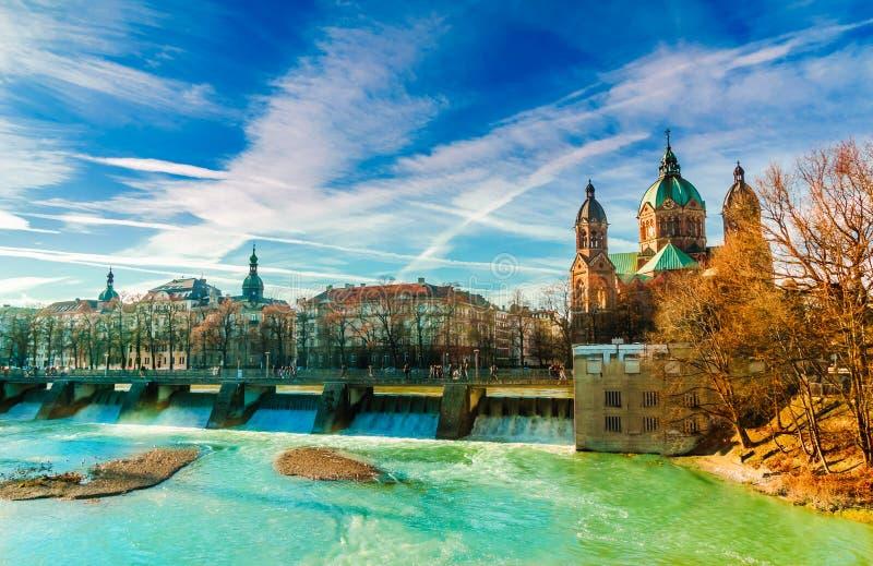 De winterlandschap door turkooise Isar en St Anna kerk in München stock foto
