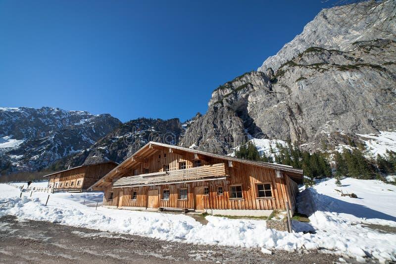 De winterlandschap in een bergvallei met houten huizen Oostenrijk, Tirol royalty-vrije stock foto