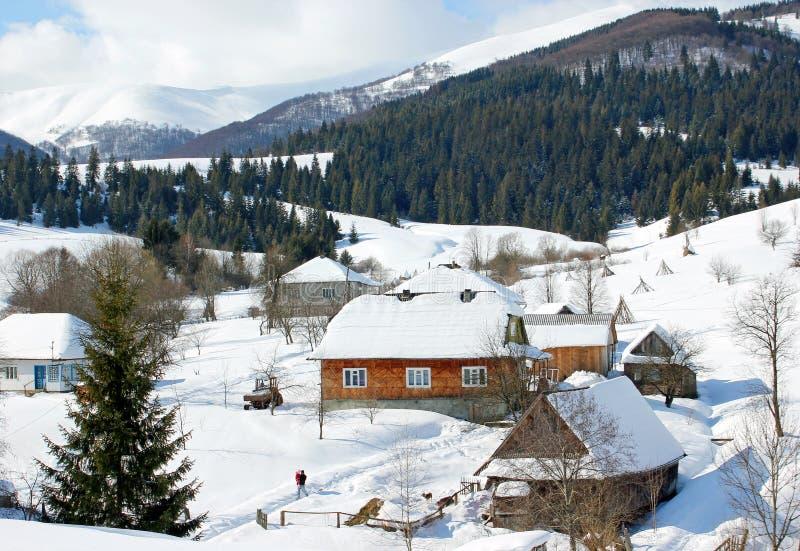 De winterlandschap in het bergendorp stock fotografie