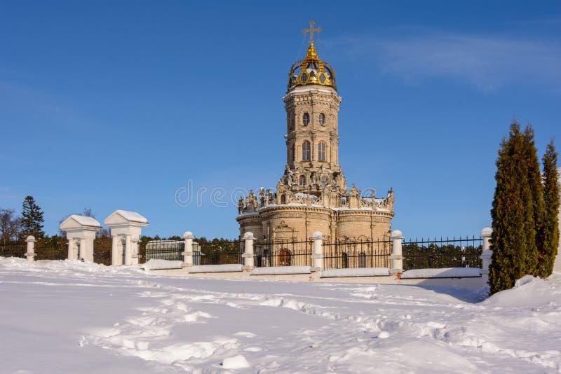 De winterlandschap - Kerk van het Teken van Heilig Virgin in Dubrovitsy in het gebied van Moskou, Podolsk Rusland stock afbeeldingen