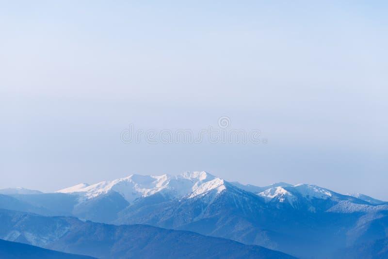 De winterlandschap met bergbovenkanten in de sneeuw royalty-vrije stock foto's