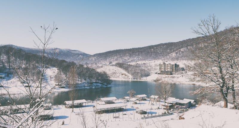 De winterlandschap met bevroren bergmeer royalty-vrije stock foto