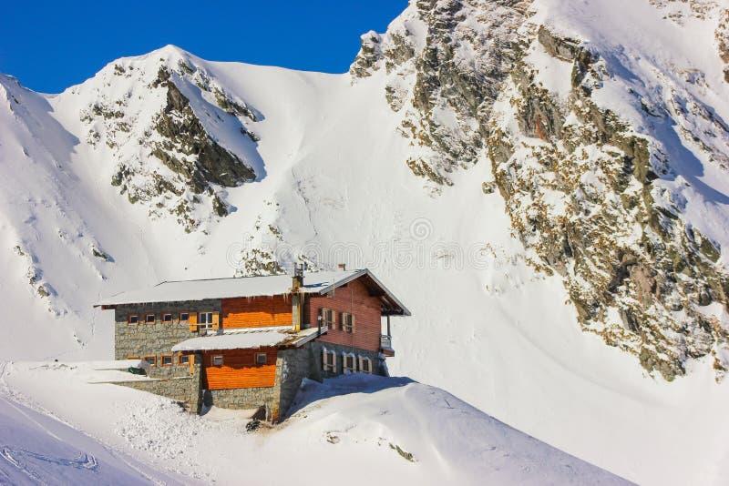 De winterlandschap met cabine bij van Balea het Meer en van Fagaras Bergen stock afbeeldingen