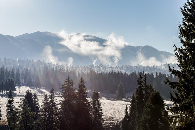 De winterlandschap met een bergchalet stock fotografie