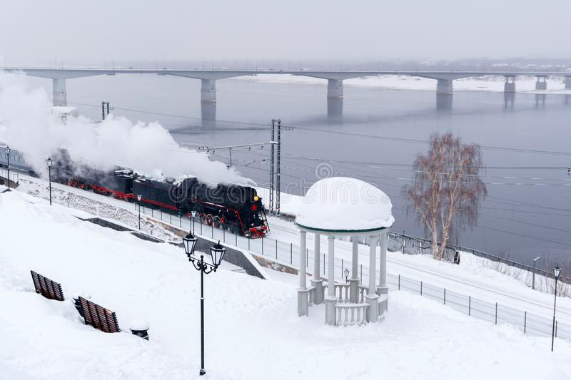 De winterlandschap met een stoomtrein stock foto