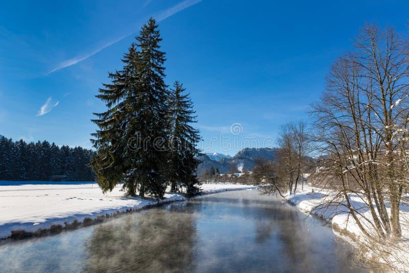 De winterlandschap met kreek royalty-vrije stock fotografie