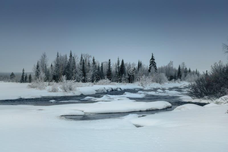 De winterlandschap met ontdooide rivier in Russisch Lapland, Kola Peninsula stock afbeelding