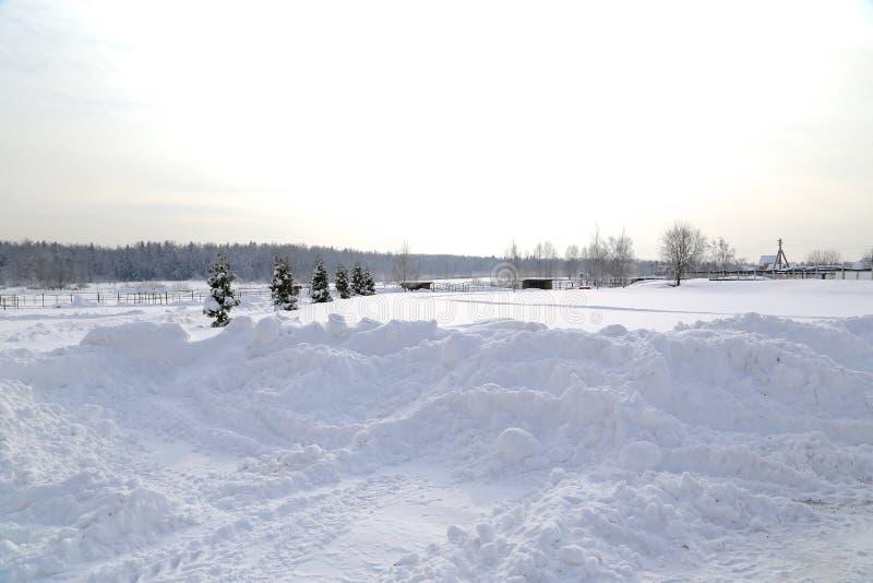 De winterlandschap na sneeuwval in zonnige dag stock afbeelding