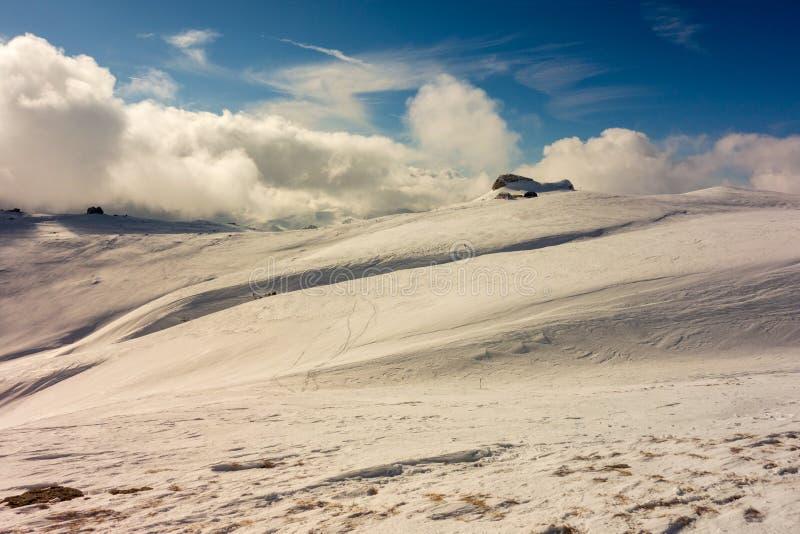 De winterlandschap op een bergplateau stock fotografie