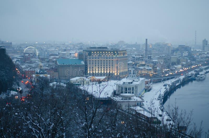 De winterlandschap in de stad Kiev Sneeuw bedekte stad bij schemer royalty-vrije stock fotografie
