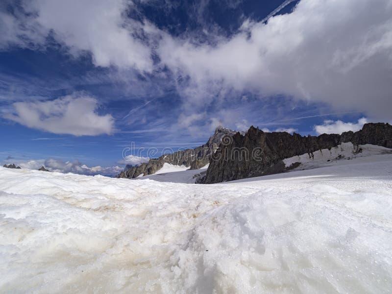 De winterlandschap van alpen stock afbeeldingen
