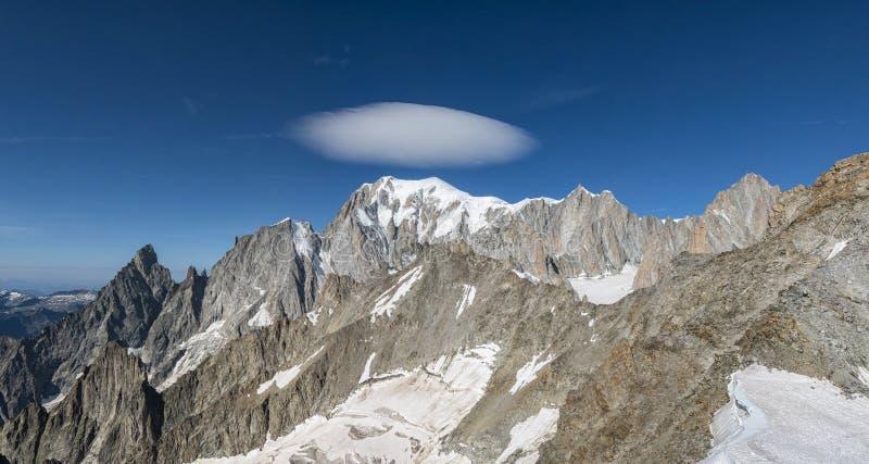 De winterlandschap van alpen stock afbeelding