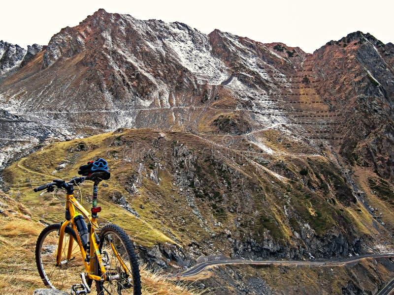 De winterlandschap van bergen stock fotografie