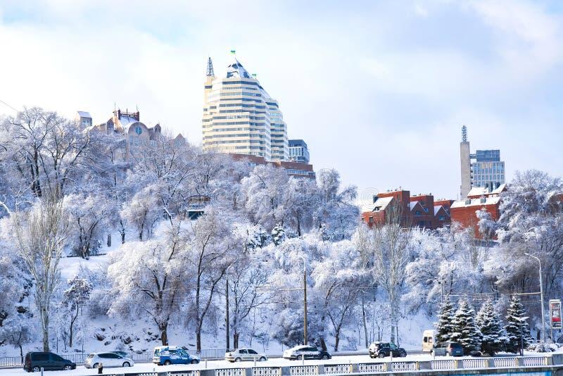 De winterlandschap van de Dnipro-stad, met sneeuw en hoarityfrost Mening van de gebouwen, de wolkenkrabbers en het park wordt beh stock afbeeldingen