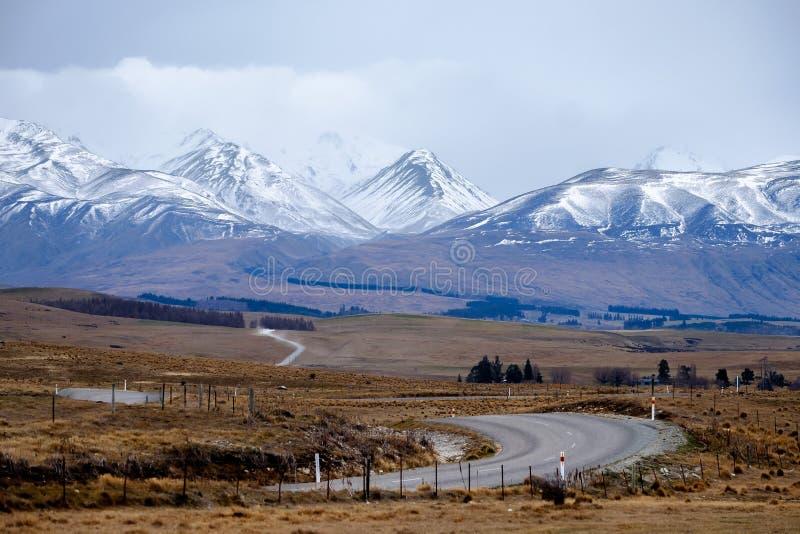 De winterlandschap van het winden van weg naar sneeuwberg in Nieuw Zeeland royalty-vrije stock fotografie