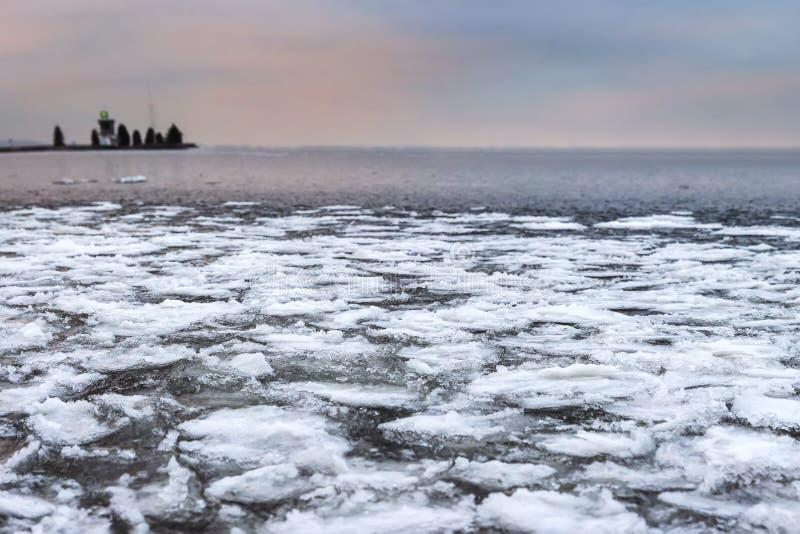 De winterlandschap van ijzig meer met geweven gebroken ijsstukken Ijzige aard in Kerstmistijd royalty-vrije stock afbeelding