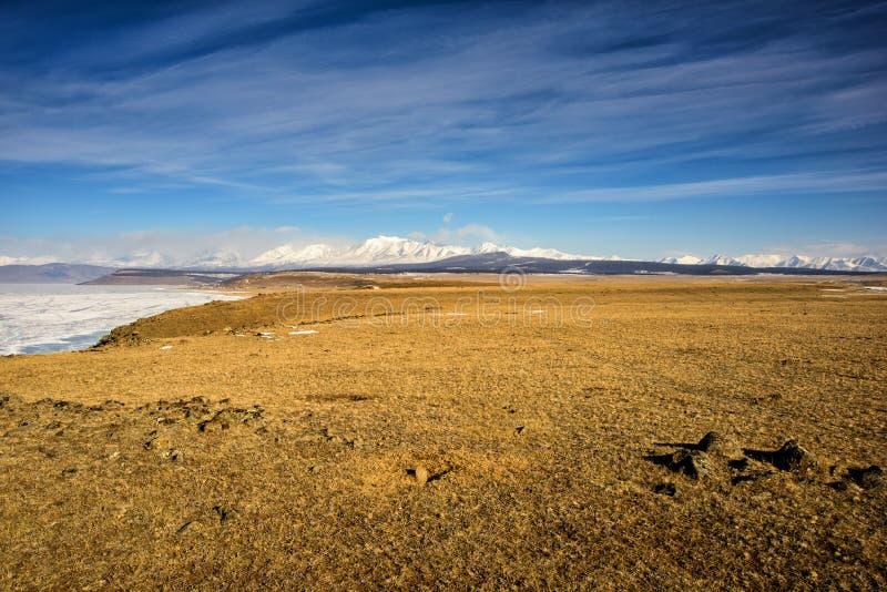 De winterlandschap van Mongolië Witte bergachtergrond en gele vallei royalty-vrije stock afbeelding
