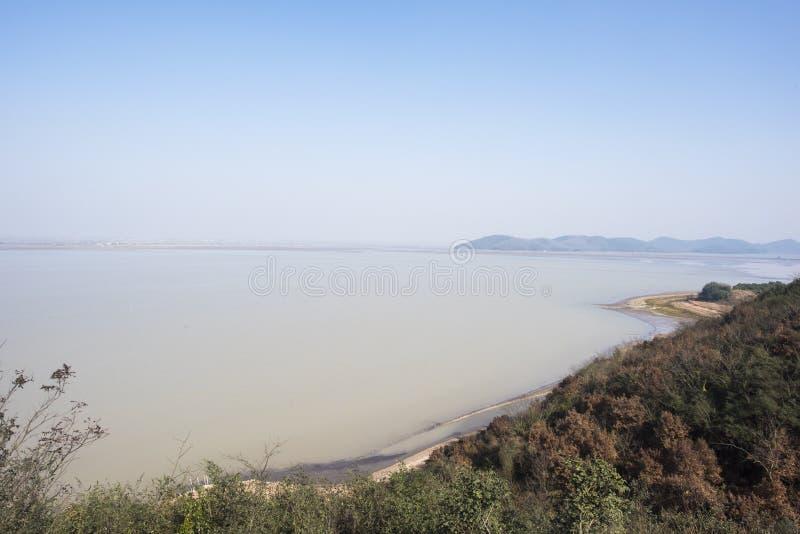 De winterlandschap van vogelnatuurreservaat in huijinmeer, anhuiprovincie stock afbeelding