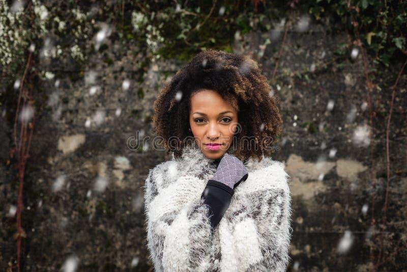 De wintermanier en vrouwenportret stock foto's