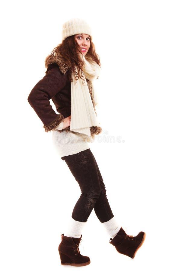 De wintermanier. Volledige lengte van krullende meisjesvrouw in warme kleding stock foto