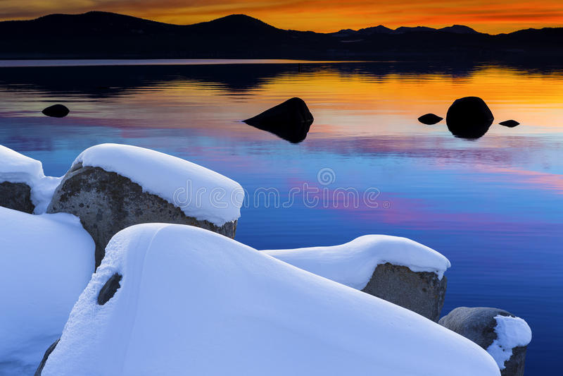 De wintermeer Tahoe Toneel bij Zonsondergang royalty-vrije stock afbeelding
