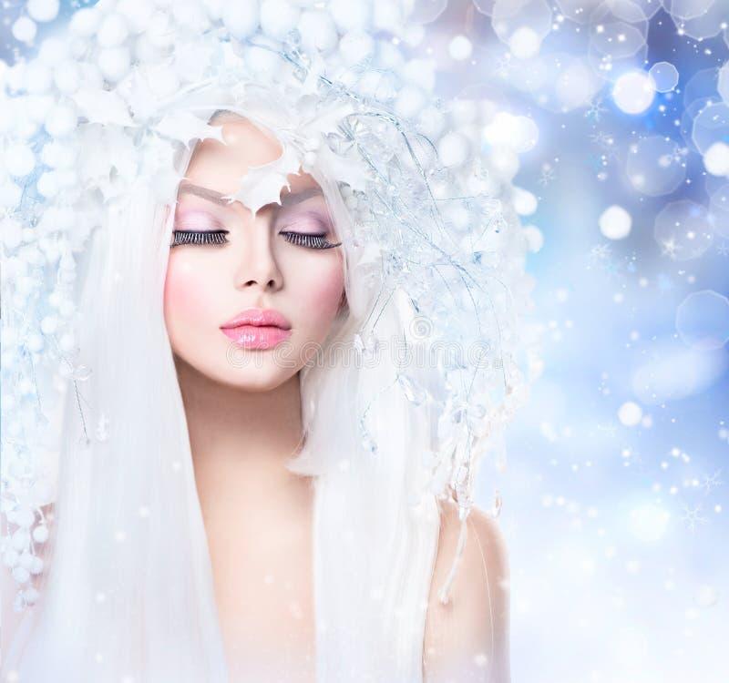 De wintermeisje met Sneeuwkapsel en Make-up royalty-vrije stock foto