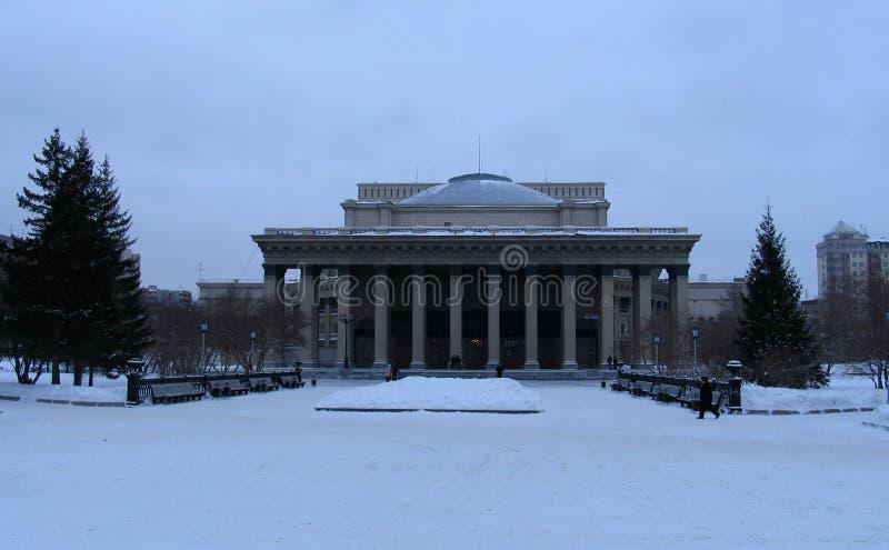 De wintermening over de Opera van Novosibirsk en Ballettheater royalty-vrije stock fotografie