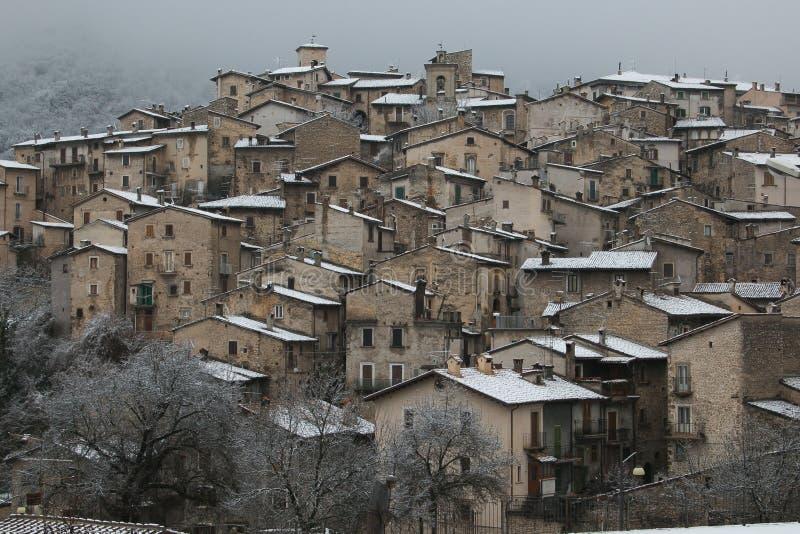 De wintermening van authentieke middeleeuwse dorpen van Abruzzo - Scanno met sneeuw, Italië royalty-vrije stock afbeeldingen