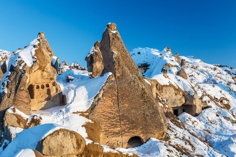 De wintermening van de holen van Cappadocia bij zonsondergang royalty-vrije stock foto