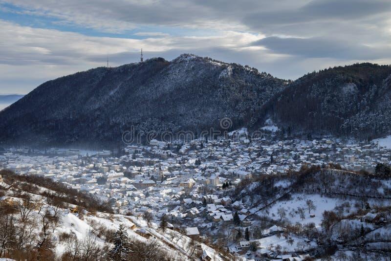 De wintermening van de middeleeuwse stad van Brasov stock fotografie