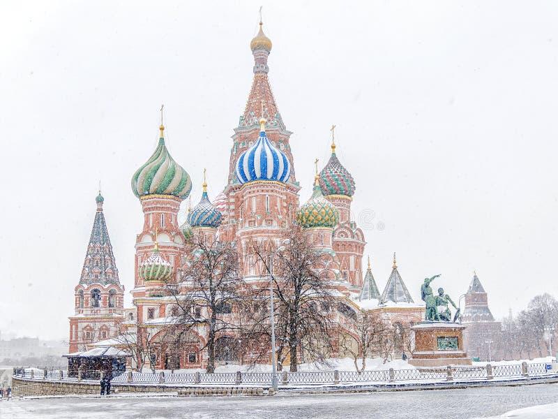 De wintermening van de St Basilicum` s Kathedraal in het sneeuwonweer Mosc royalty-vrije stock afbeeldingen