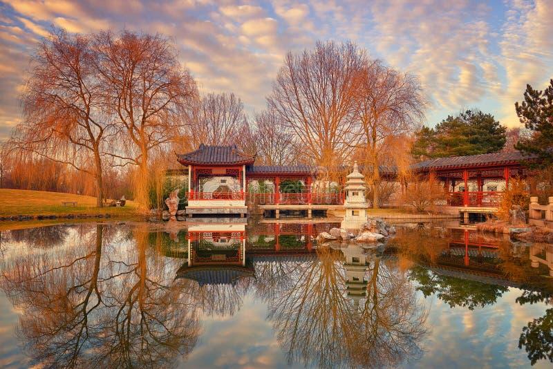 De wintermening van formele Chinese tuin met decoratieve pavillion o royalty-vrije stock afbeelding