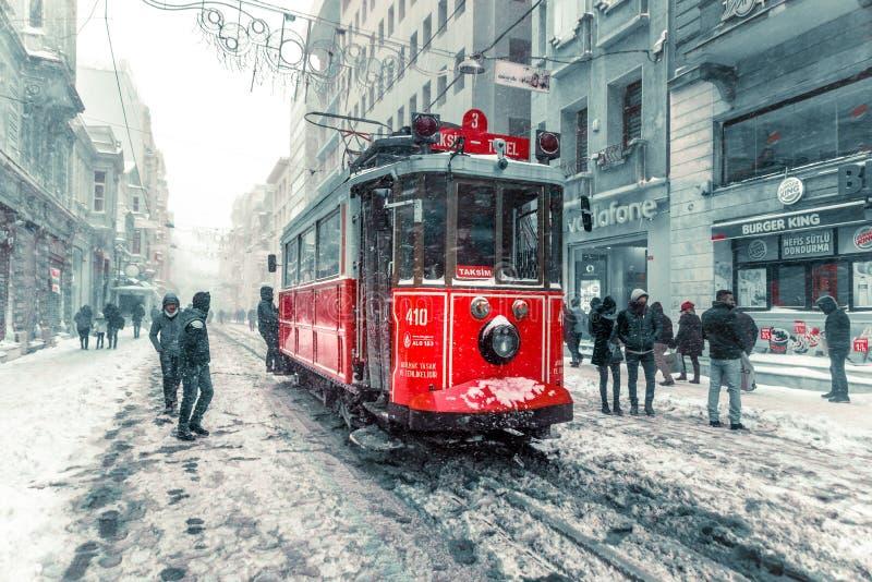 De wintermening van nostalgische rode Tram en mensen in het dagelijkse leven stock afbeeldingen