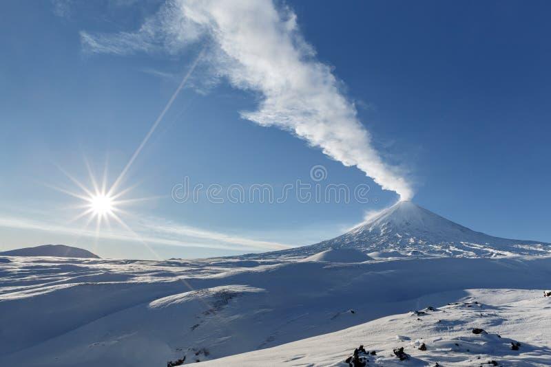 De wintermening van Vulkaan van uitbarstings de actieve Klyuchevskoy kamchatka stock afbeeldingen