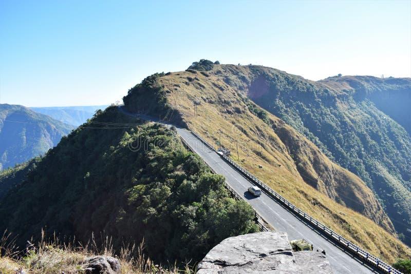De wintermening van de weg van de bergweg met blauwe hemel royalty-vrije stock foto's