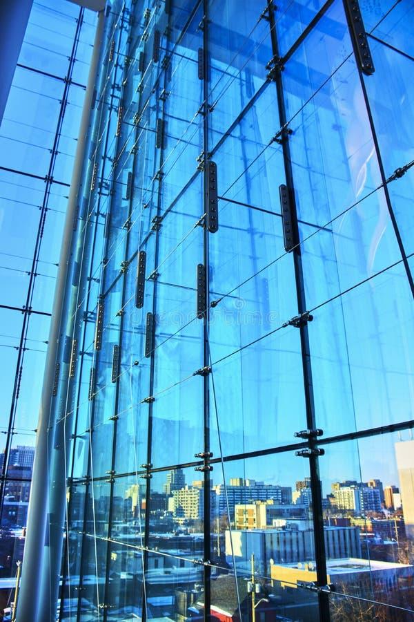 De wintermeningen van de vensters van het de bouwglas van Canada stock foto