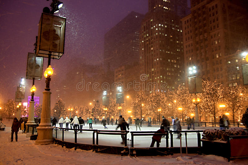 De winternacht in Chicago stock afbeeldingen