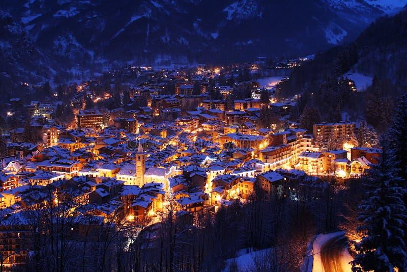 de winternacht in Limone Piemonte royalty-vrije stock afbeelding