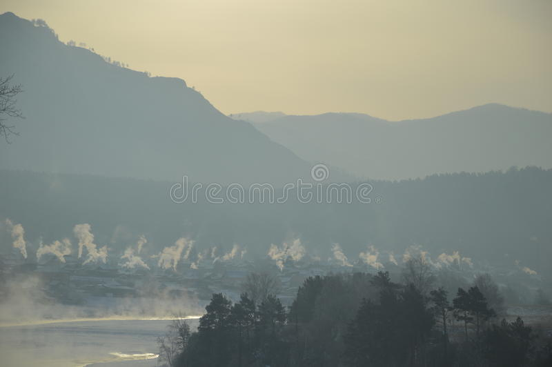 De winterochtend in Siberië stock afbeeldingen