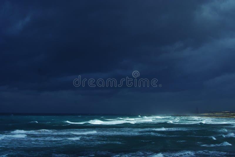 De winteronweer op het overzees stock foto's