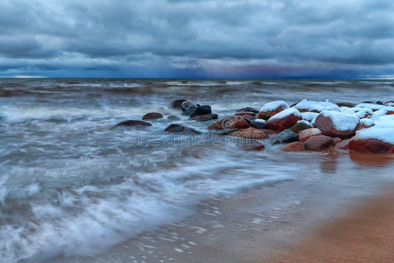 De winteronweer op de Oostzee stock fotografie