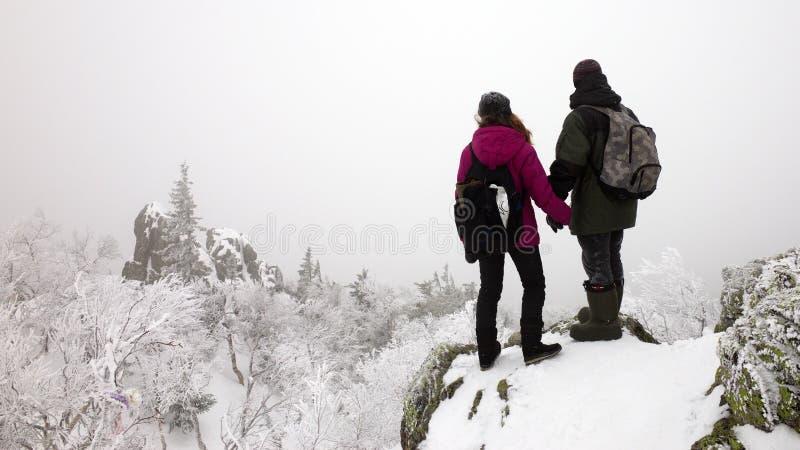 de winterpaar in de bergen stock afbeeldingen